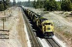 8 Loks der Santa Fe ziehen einen Güterzug in Richtung Flagstaff, AZ....