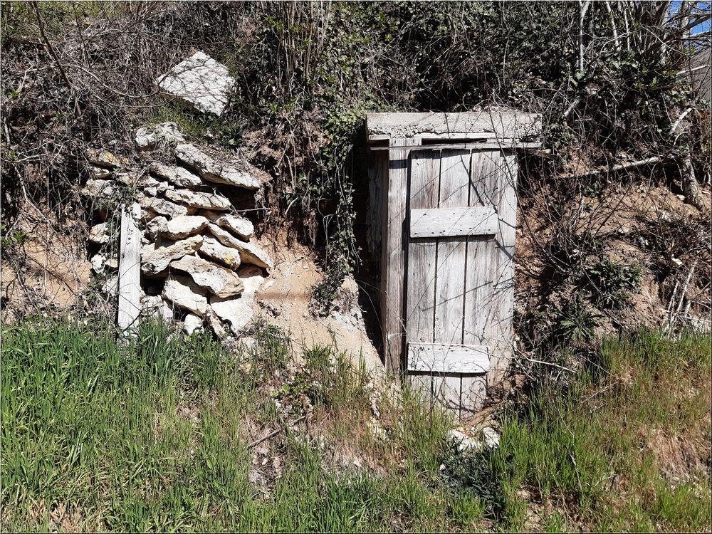 ..A côté de  l'entrée d'une propriété..