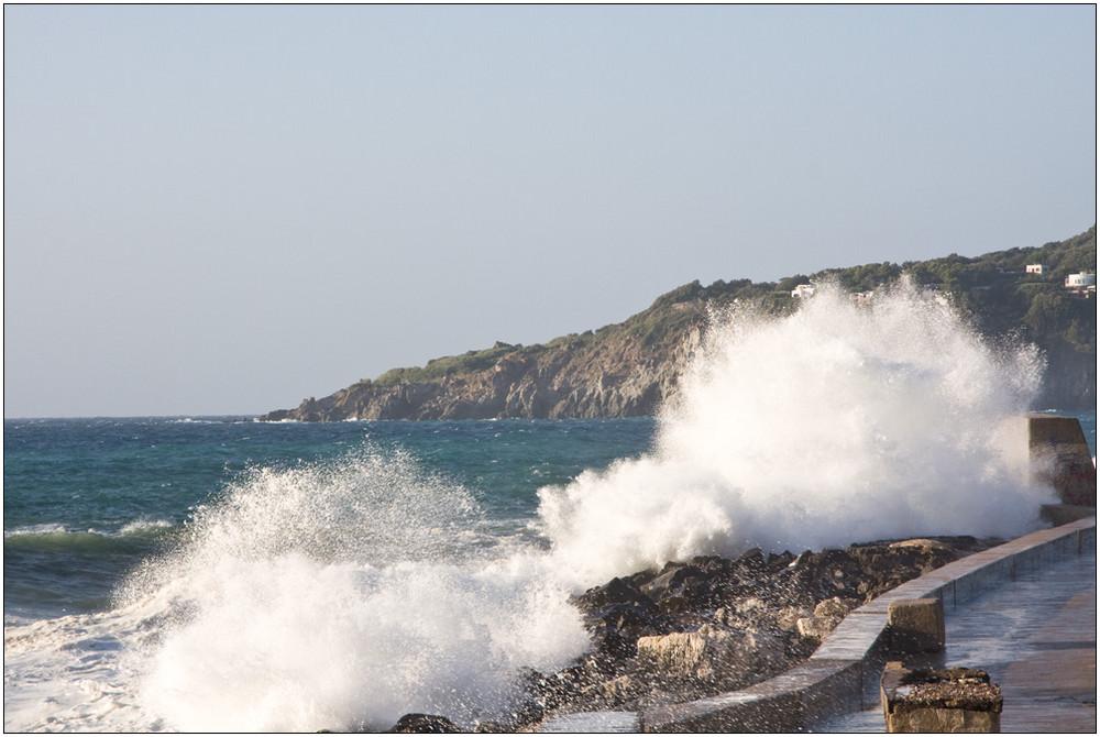 A Forio, c'è il mare mosso....