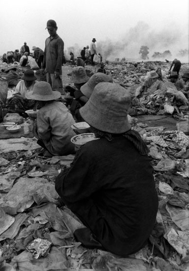 a quelques kilométres de la capitale du Cambodge des gens tries des déchets
