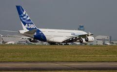 A380 auf dem Weg zur Startbahn