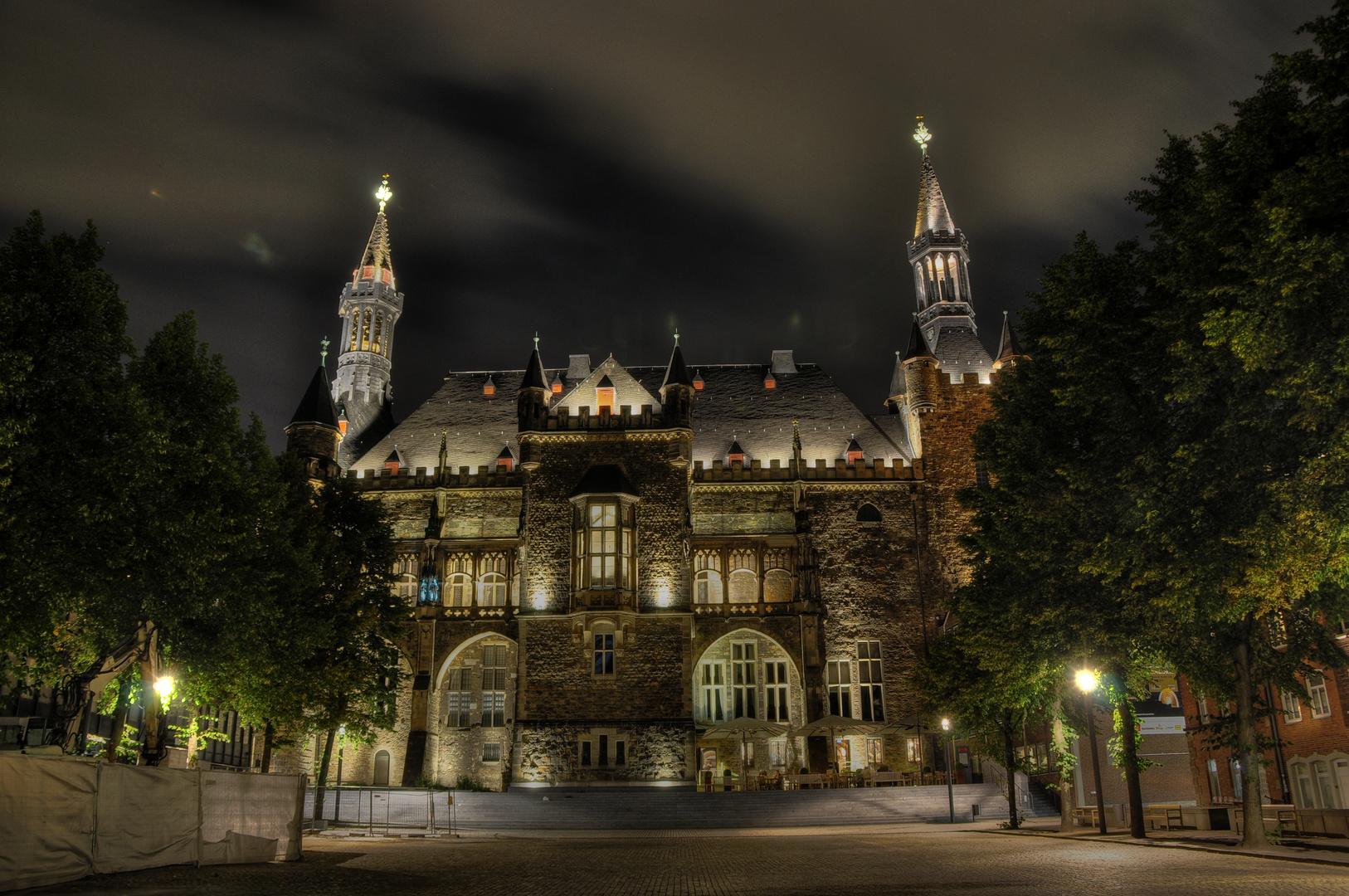 Aachener Rathaus bei Nacht