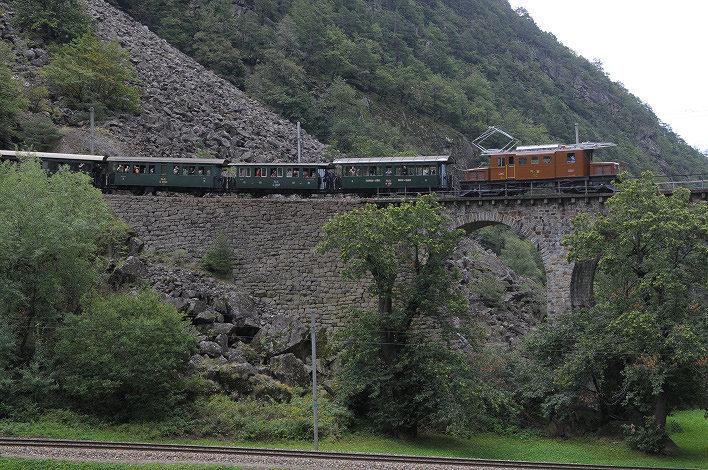 Ab Pontresina Richtung Tirano mit dem 'Bernina-Krokodil' vor Spiralkehre bei Brusio