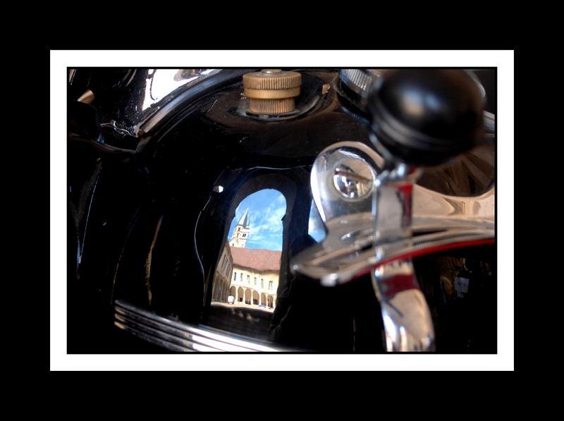 Abbaye de Cluny (71) en reflet sur le réservoir d'un side car Harley Davidson ancien