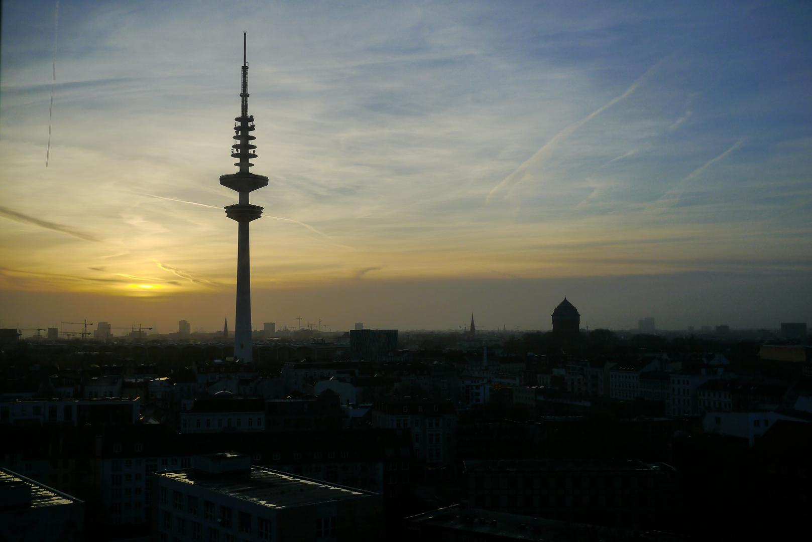 Abenddämmerung über der Skyline von Hamburg
