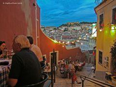 Abendessen in einer verwinkelten Gasse in Lisboa