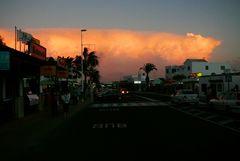 Abendliche Gewitterwolke über der Hauptstraße von Puerto del Carmen