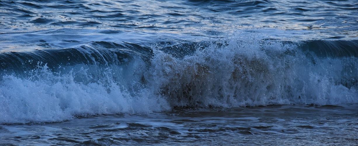 Abendliche Welle am Strand von Porthcurno I