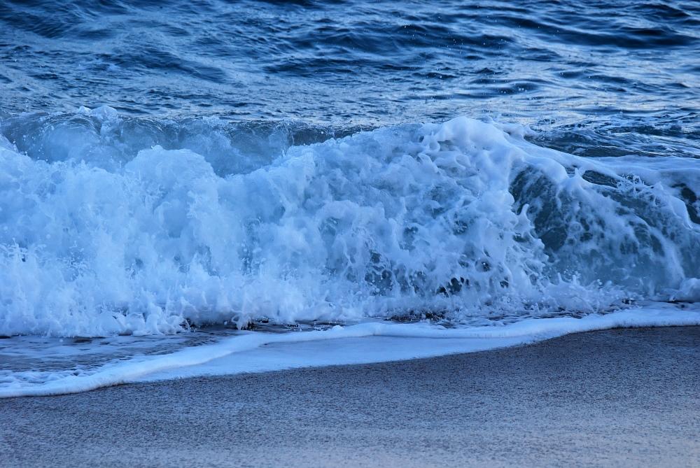Abendliche Welle am Strand von Porthcurno II