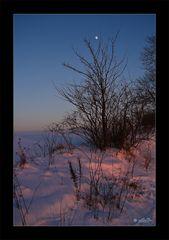 Abendrot auf Schnee mit Mond