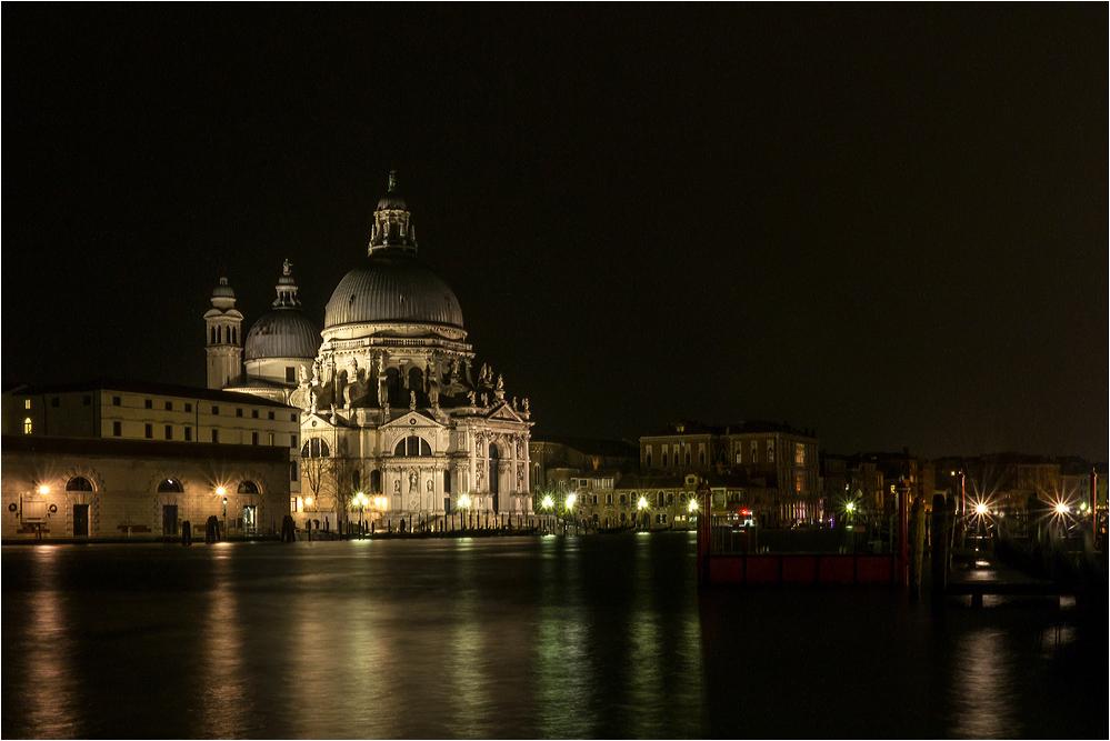 Abends ist es dunkel am Kanal..