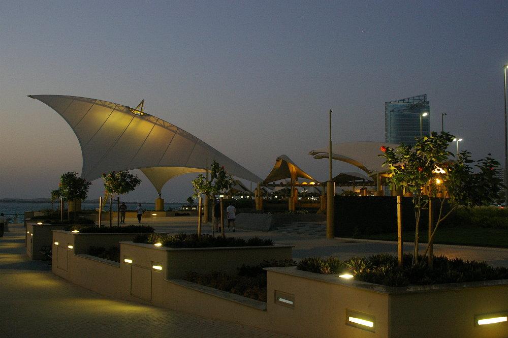 Abendstimmung an der Corniche in Abu Dhabi (UAE)