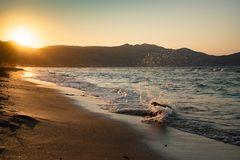 Abendstimmung mit Sonne, Bergen und Brandung auf Kreta