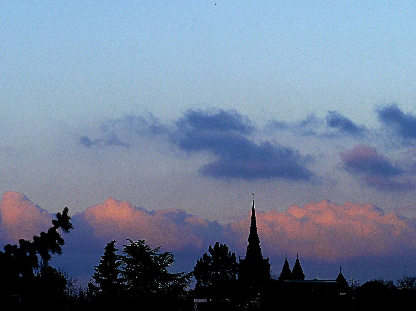 Abendwolken über St. Peter und Paul in Ratingen.