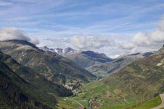 Abfahrt Oberalp und Blick auf Andermatt, Furka und es könnten in der Ferne die Berner sein