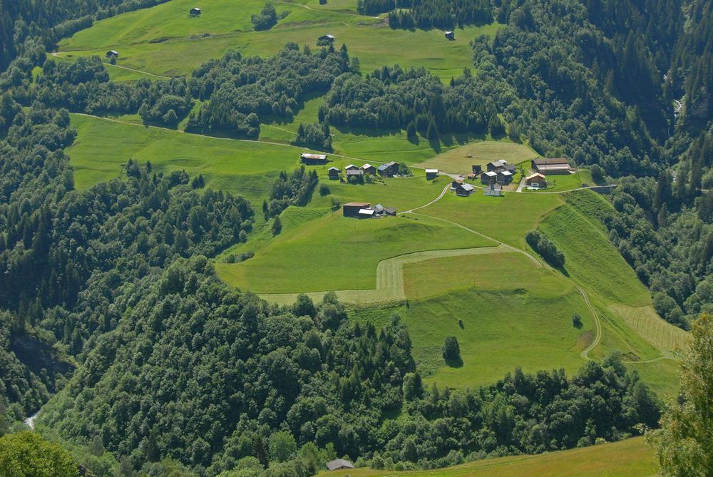 Abgeschlossener Weiler von Wald und Wildbächen umgeben.