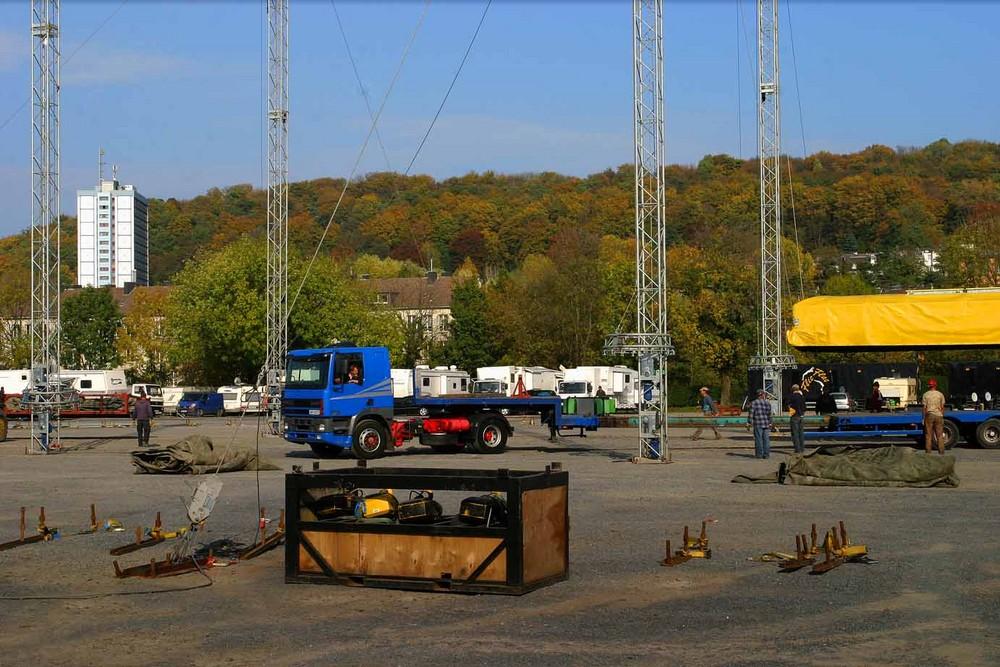 Abladen und das Aufhängen der Zeltkuppel /Circus Flic Flac 2007