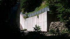 Ablauf eines Stausees direkt oberhalb des Wanderwegs