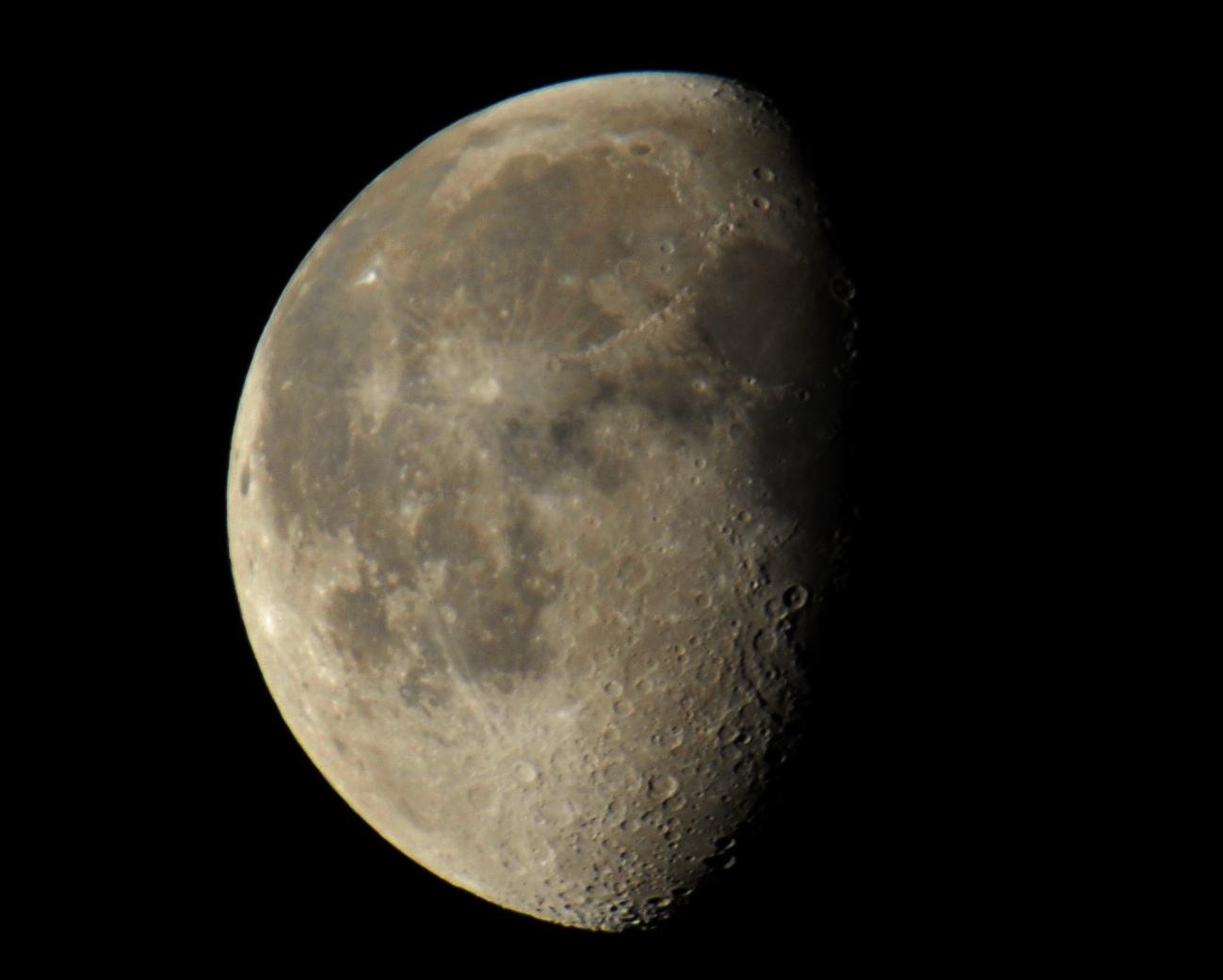 abnehmender Mond mit Kraterlandschaftsstrukturen