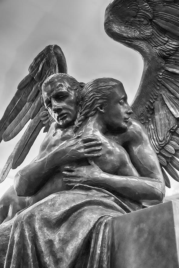 ABRAZO MONUMENTAL