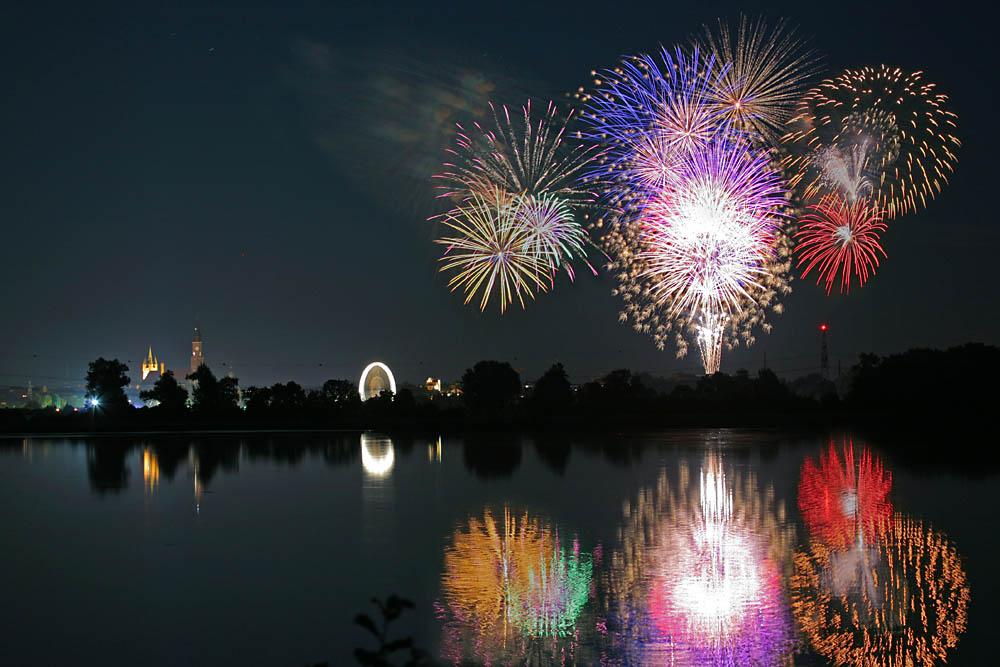 Abschluß-Feuerwerk des Straubinger Gäubodenvolksfestes