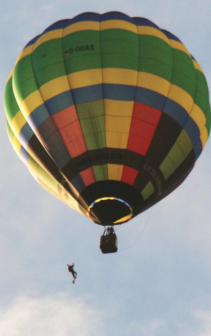 Absprung beim Paraballooning der Warsteiner Montgolfiade