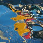 Abstrakte Kunst im Hafenwasser