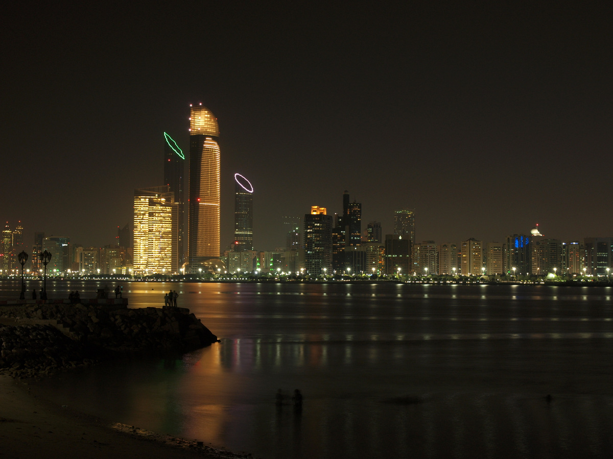 Abu Dhabi bei Nacht - Skyline