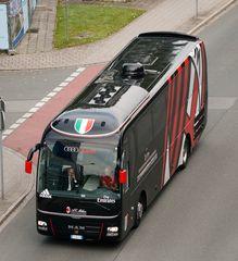 AC Mailand Mannschaftsbus am Flughafen in Nürnberg