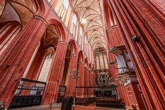 Adventsstern im hohen Kirchenschiff