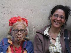 Ältere Frauen in Habana treiben ihren Spass mit den Touristen
