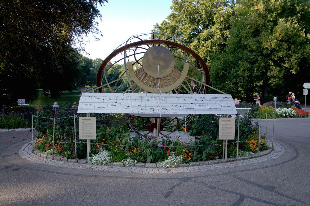 Äquatoral Sonnenuhr im Zoo Karlsruhe