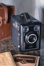 Agfa Box 45 unserer Familie mit Ledertasche (1938-41) & jüngeren Agfa-Fotoauftragstüten
