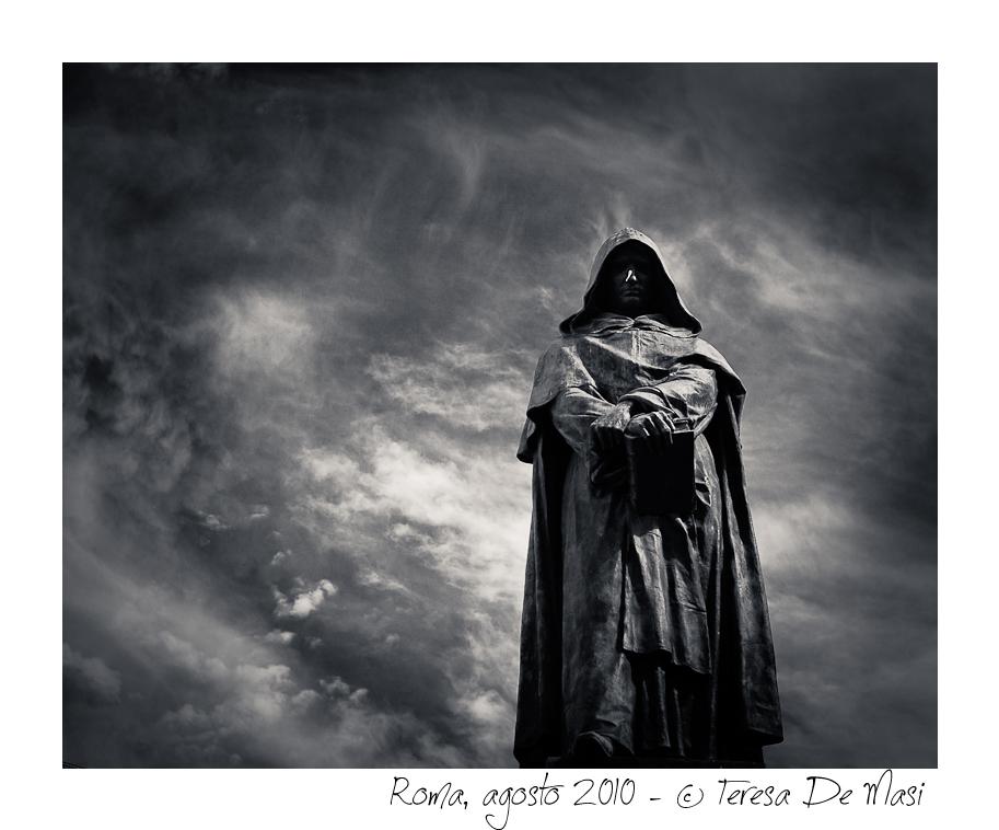 Ai piedi di Giordano Bruno