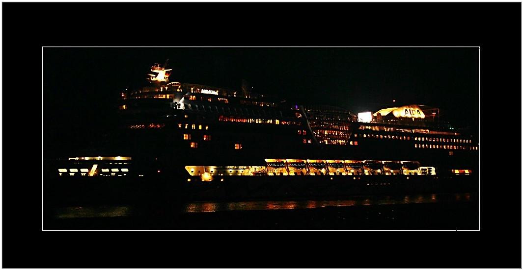 AIDAblu ... in the night
