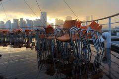 AIDAVita vor Miami Skyline, durchziehender Regenschauer bei Sonnenuntergang  ©Zunke