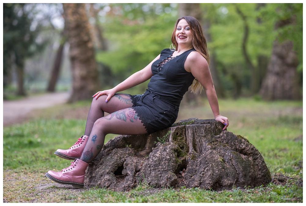 Ailna auf dem Baumstumpf
