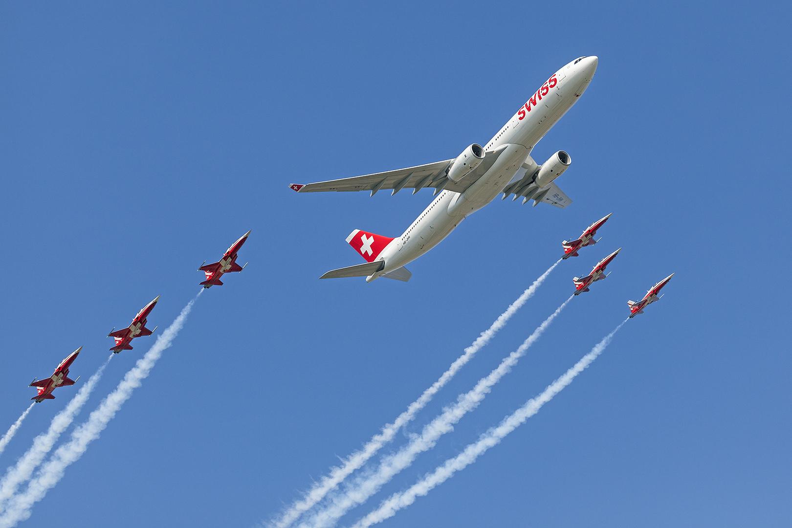 AIR14 - PATROUILLE SWISS eskortiert Airbus 320