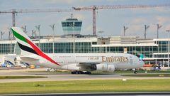 Airbus A 380 rollt zur Startposition