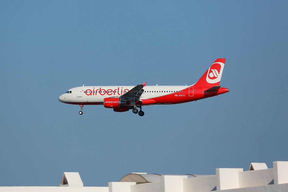Airbus A320-214 landet in Ibiza