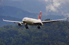 Airbus A330-343X «Glarus» im Landeanflug