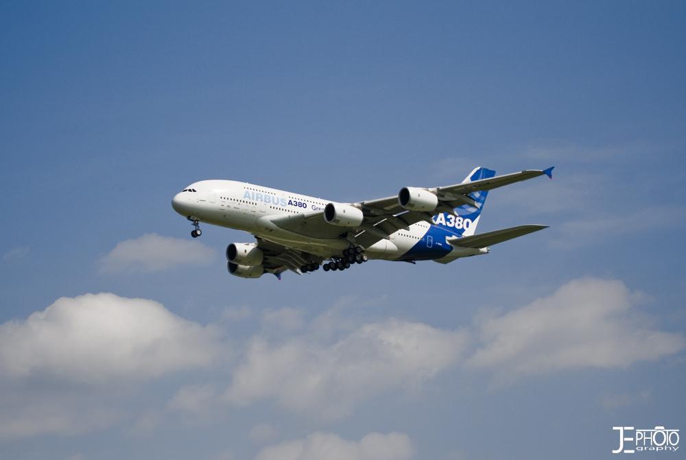 Airbus A380 beim Überfliegen des Airports in Bremen