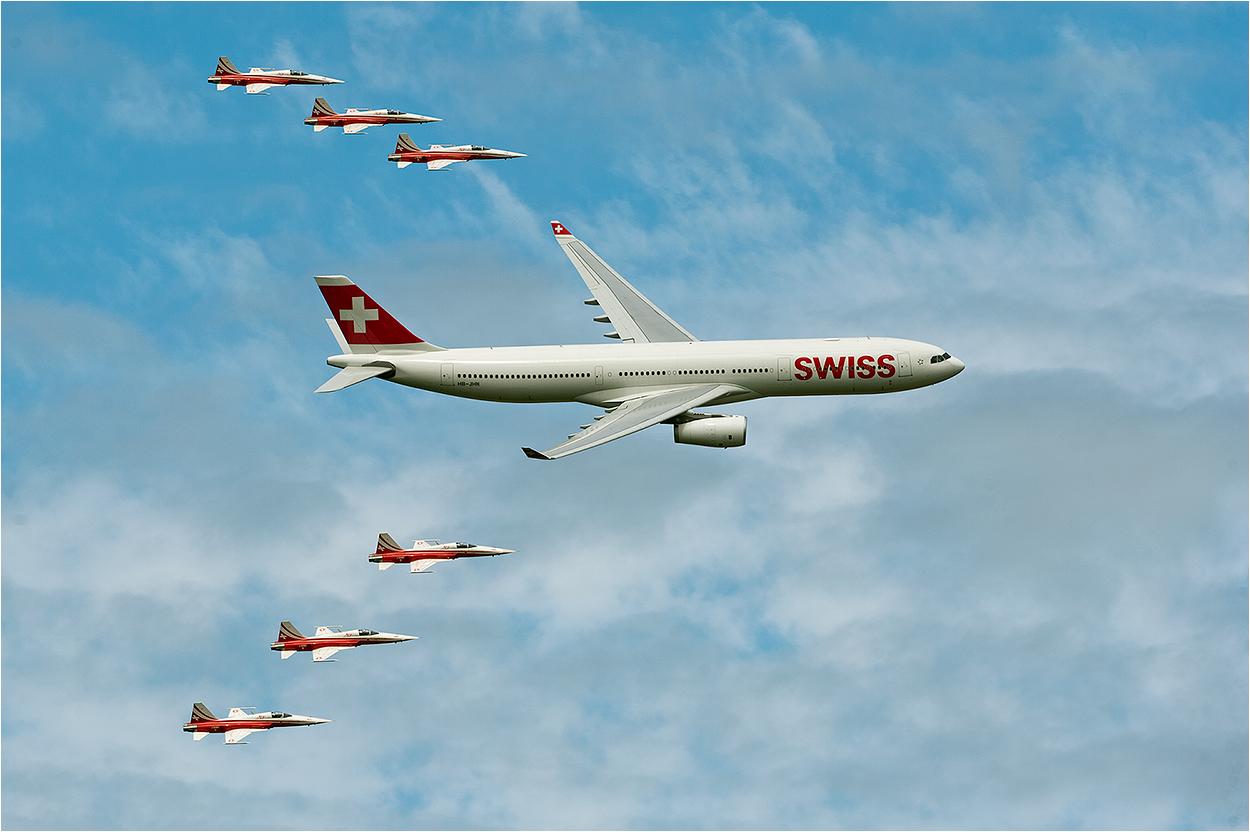 Airbus begleitet von der Patrouille Suisse