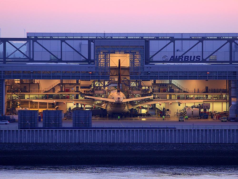 Airbus Finkenwerder im Abendlicht geöffnet
