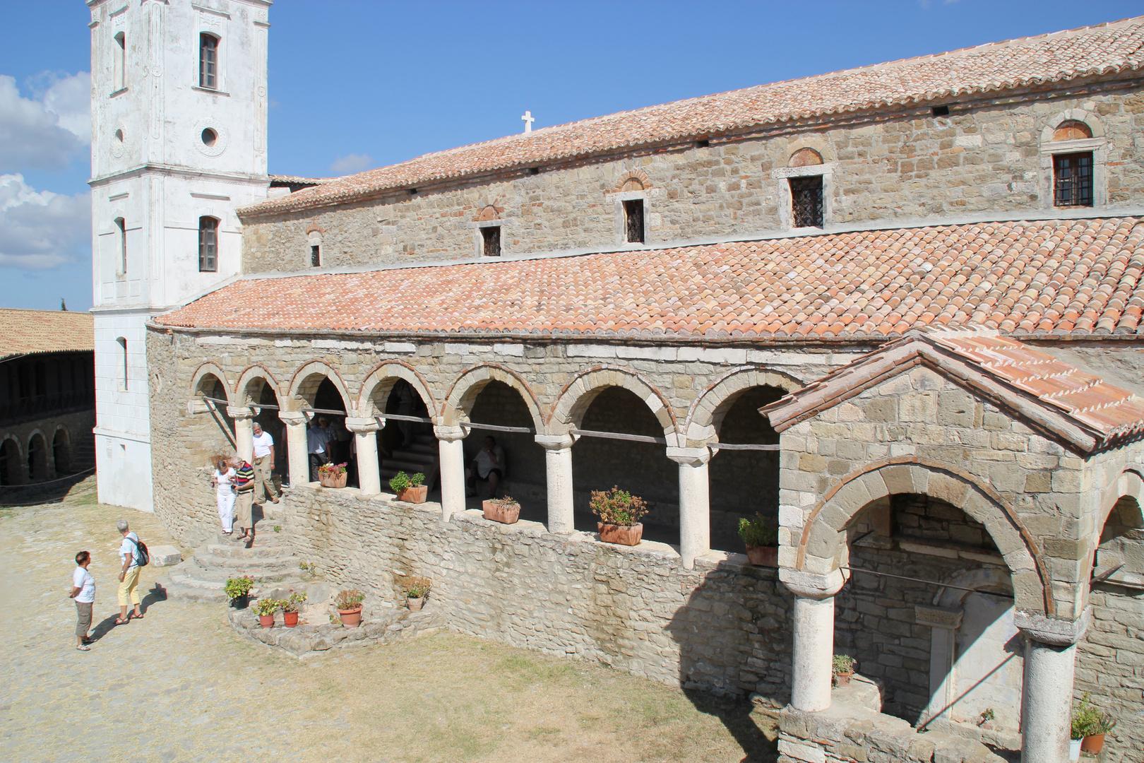 Albanien: Im Hof des Klosters Ardenica