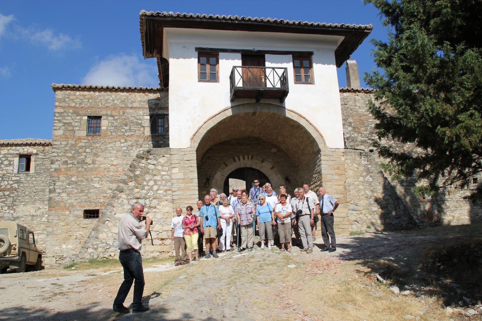 Albanien: Vor dem Tor des Klosters Ardenica