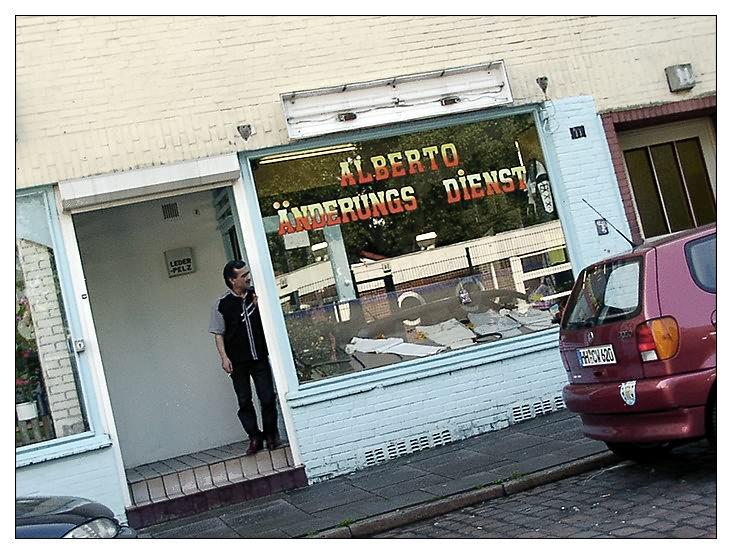 Alberto schaute die  Strasse runter.....