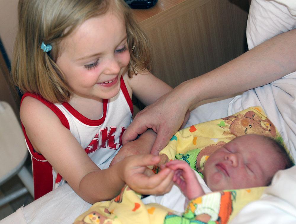 Aleksandra mit ihrer kleinen Schwester