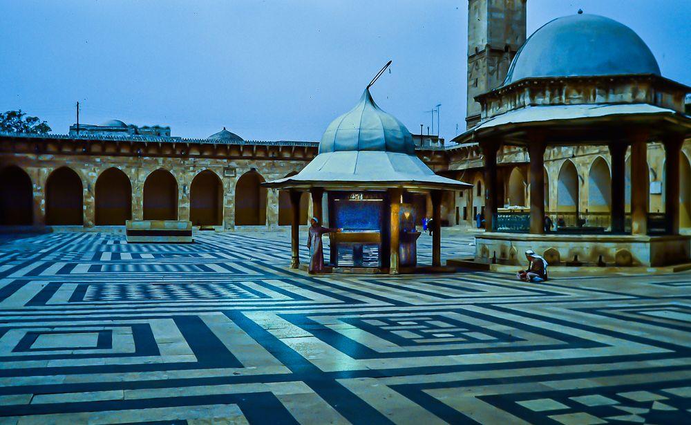 Aleppo im Hof der Mosche.    .120_3859