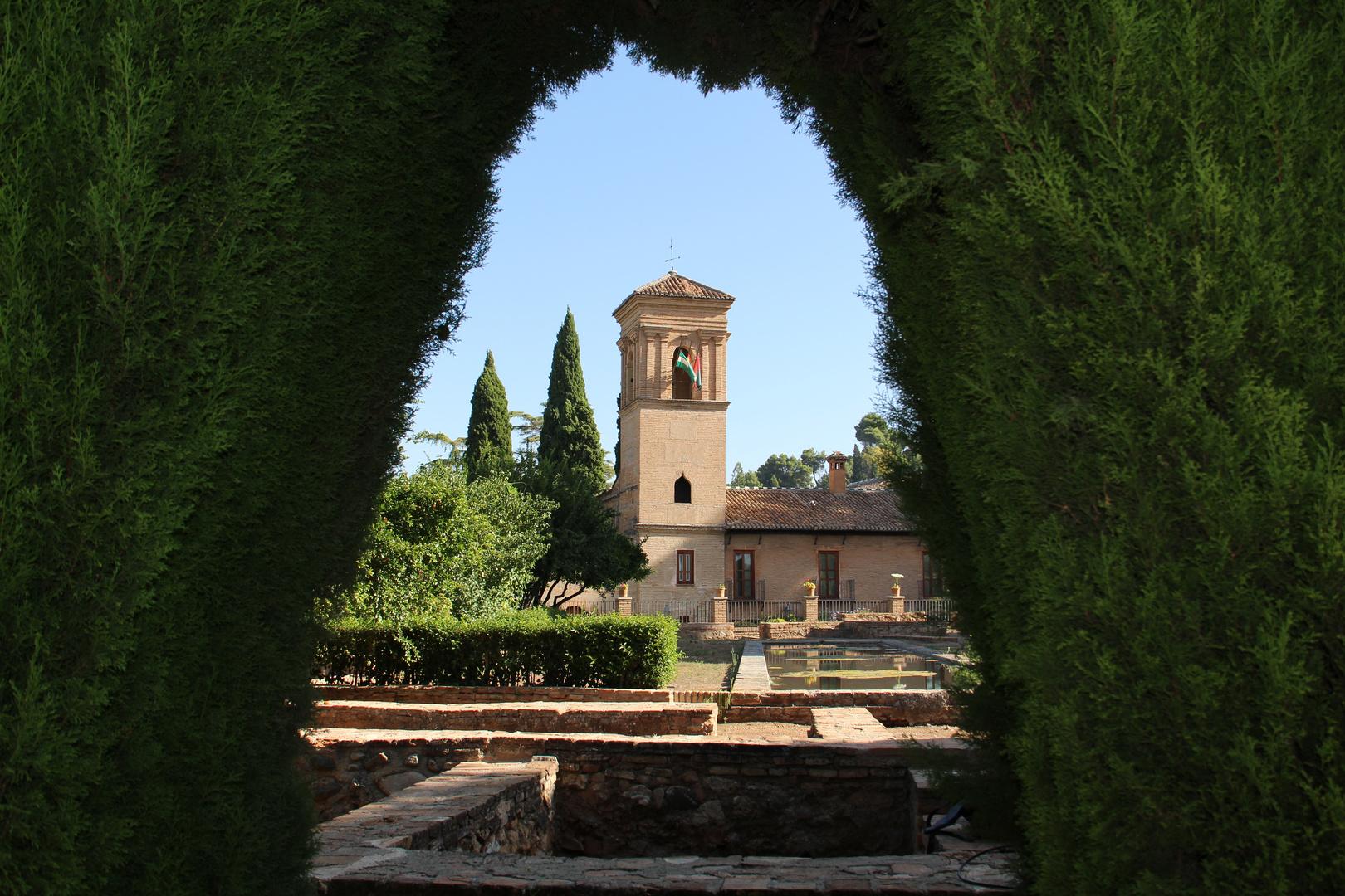 Alhambra, Granada, durch die Hecke gesehen.